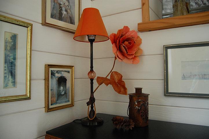 Lampe et tableaux